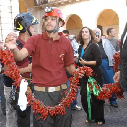 3^ Festa della Cultura Calabrese: La treccia di peperoncini più lunga del mondo